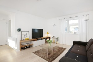 Ikea hack: Plassbygget TV benk av Bestå og eikeplate