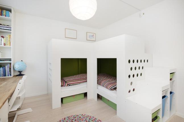 Sparkle og mal sengen. Legg på laminat oppe.